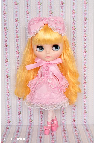Neo Blythe Gracey Chantilly Standing